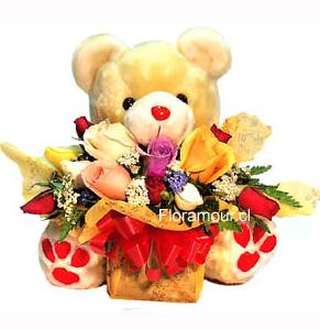 flores recien nacido:Oso de peluche con arreglo de rosas agrupadas para recien nacido.