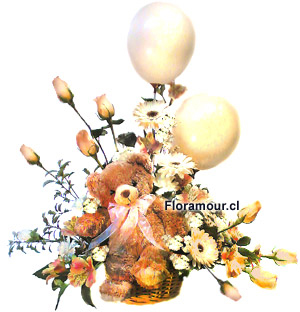 Arreglos de rosas color pastel y oso de peluche y globos sobre cesta de mimbre